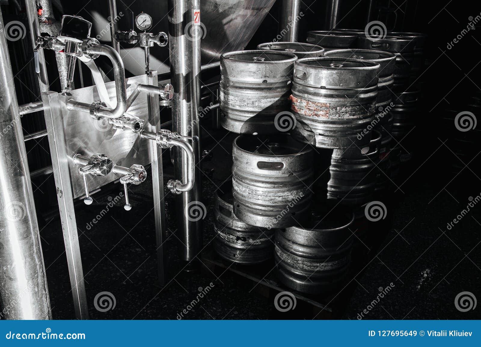 Pila industrial de acero de barriletes de cerveza contra