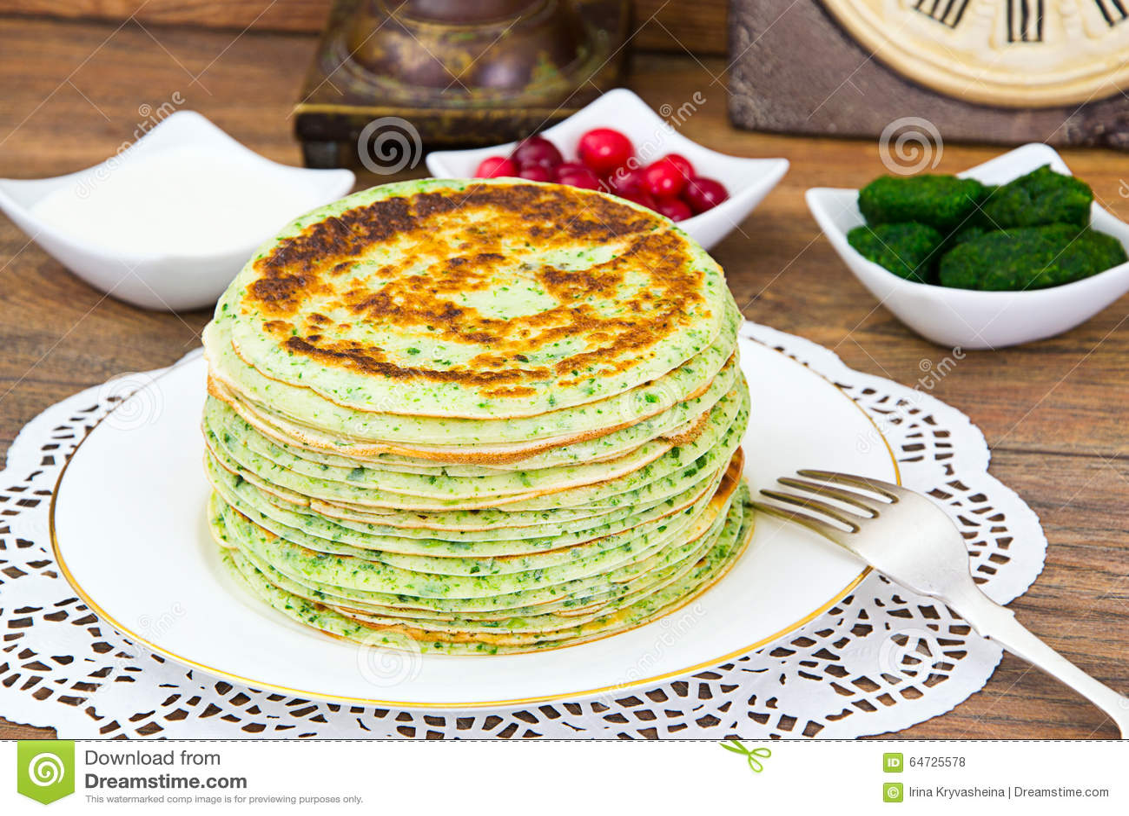 Pila saporita dei pancake con spinaci