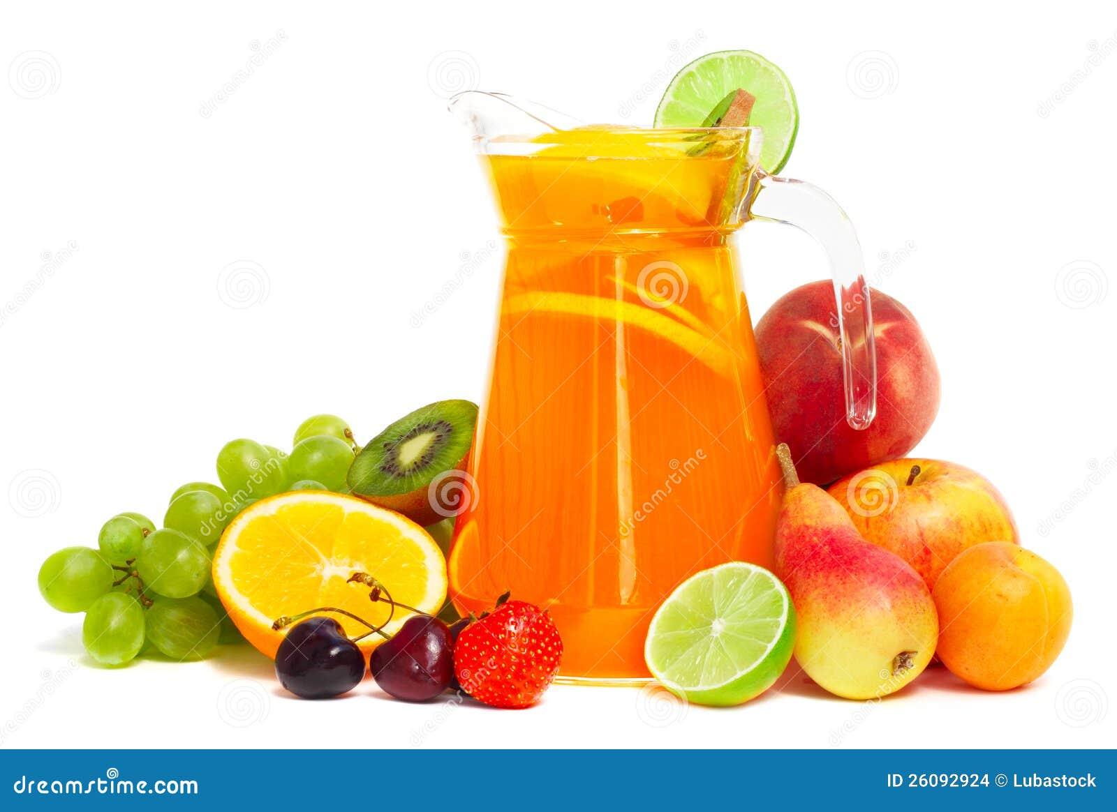 Pila y jugo de la fruta en la jarra aislada en blanco