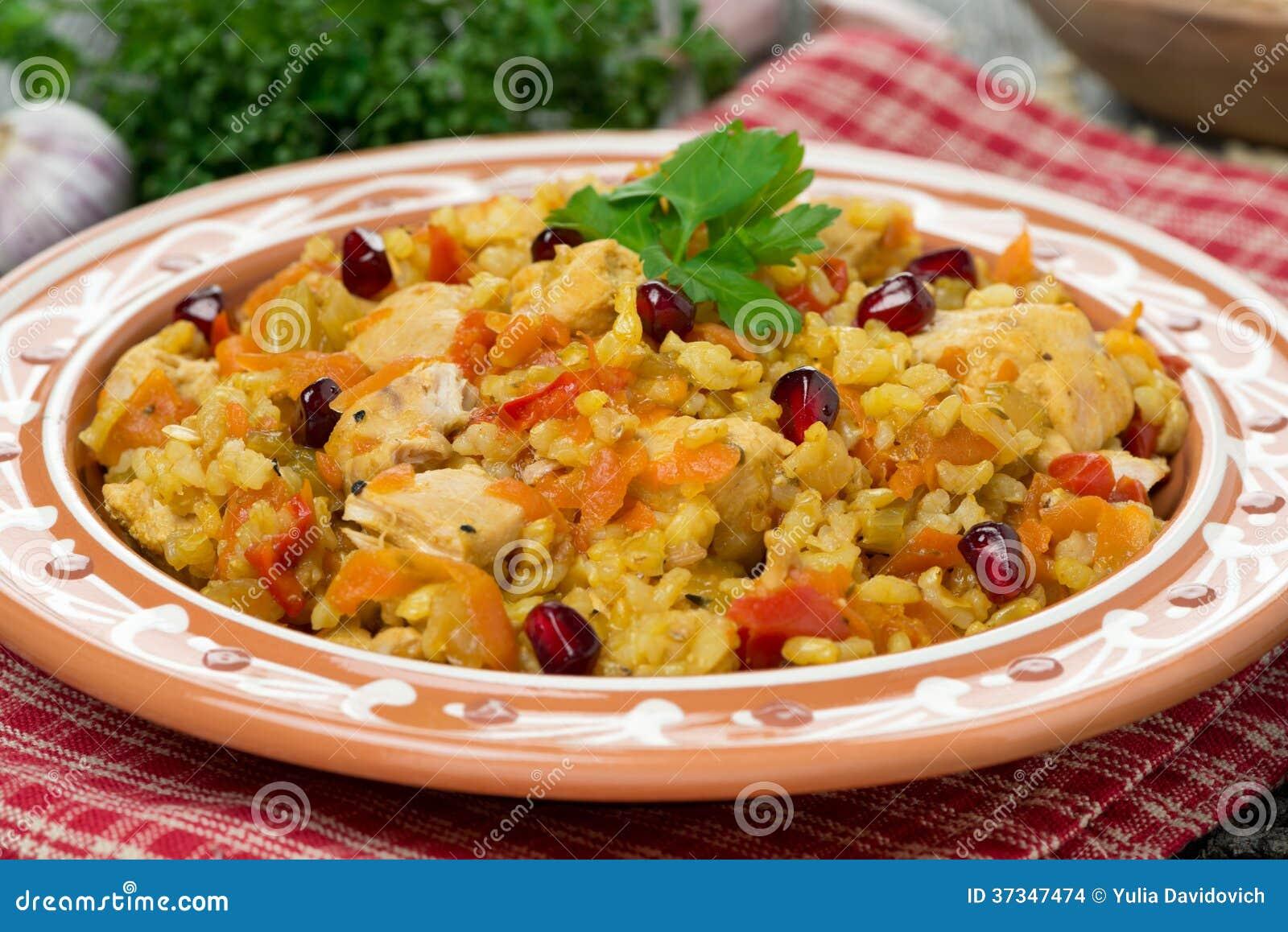 Pilaf con le verdure, il pollo ed il melograno, primo piano