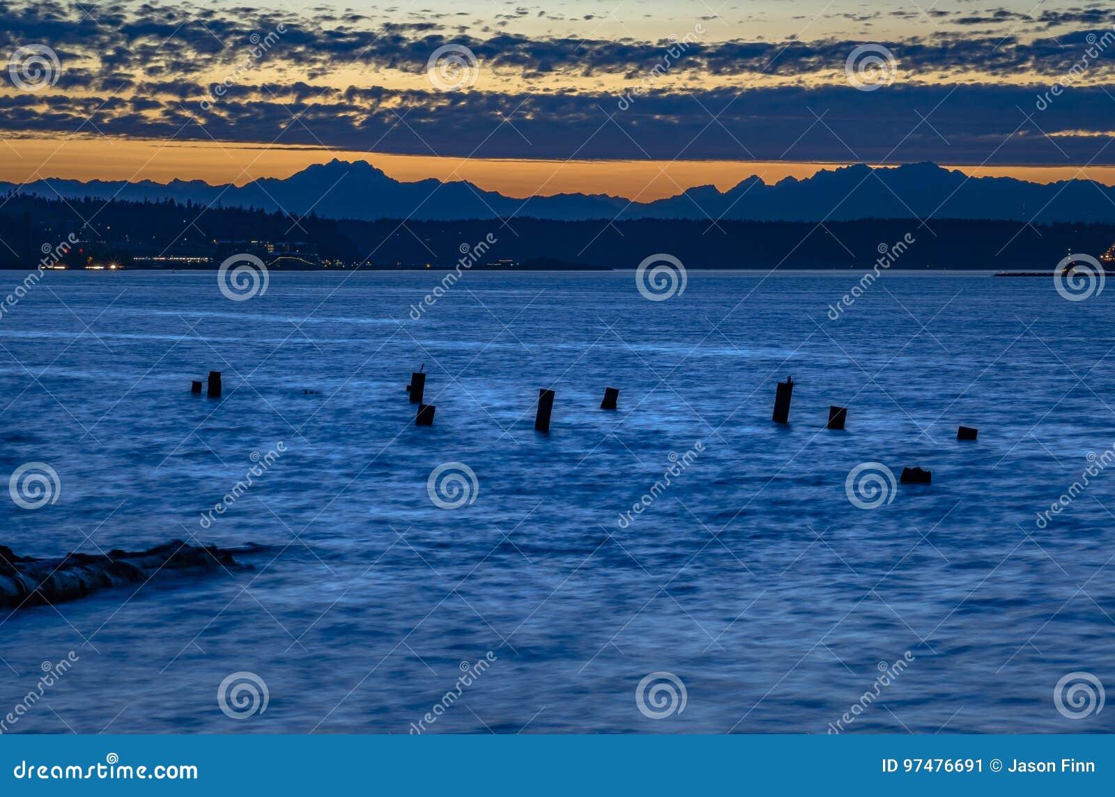 Pilares de madera abandonados en la bahía de Tacoma