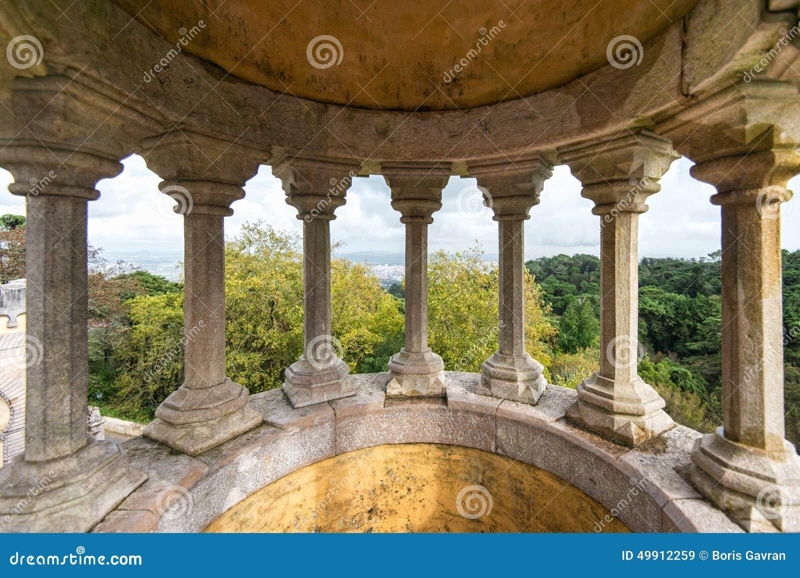 Pilares de piedra del palacio nacional de Pena, Portugal, Sintra