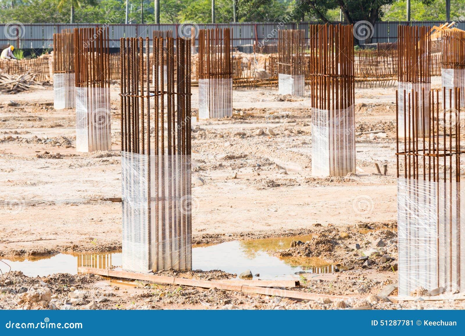 Pilares y columnas de la fundaci n del emplazamiento de la for Pilares y columnas