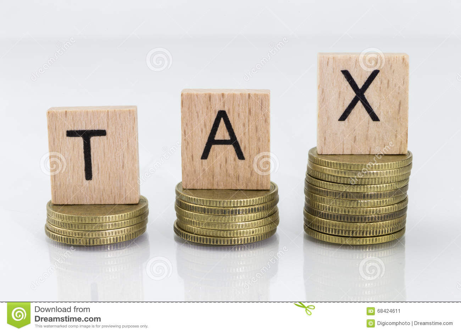 Pilas de la moneda con los dados de la letra - impuesto