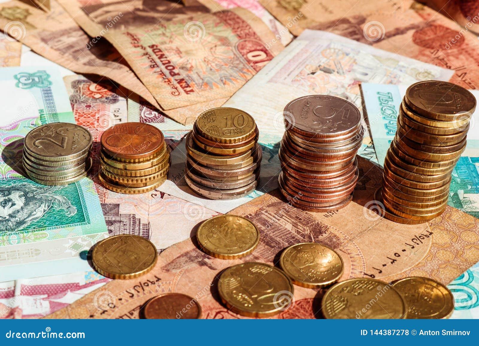 Pilas de monedas bajo la forma de gráfico del crecimiento Concepto del asunto Fondo del billete de banco