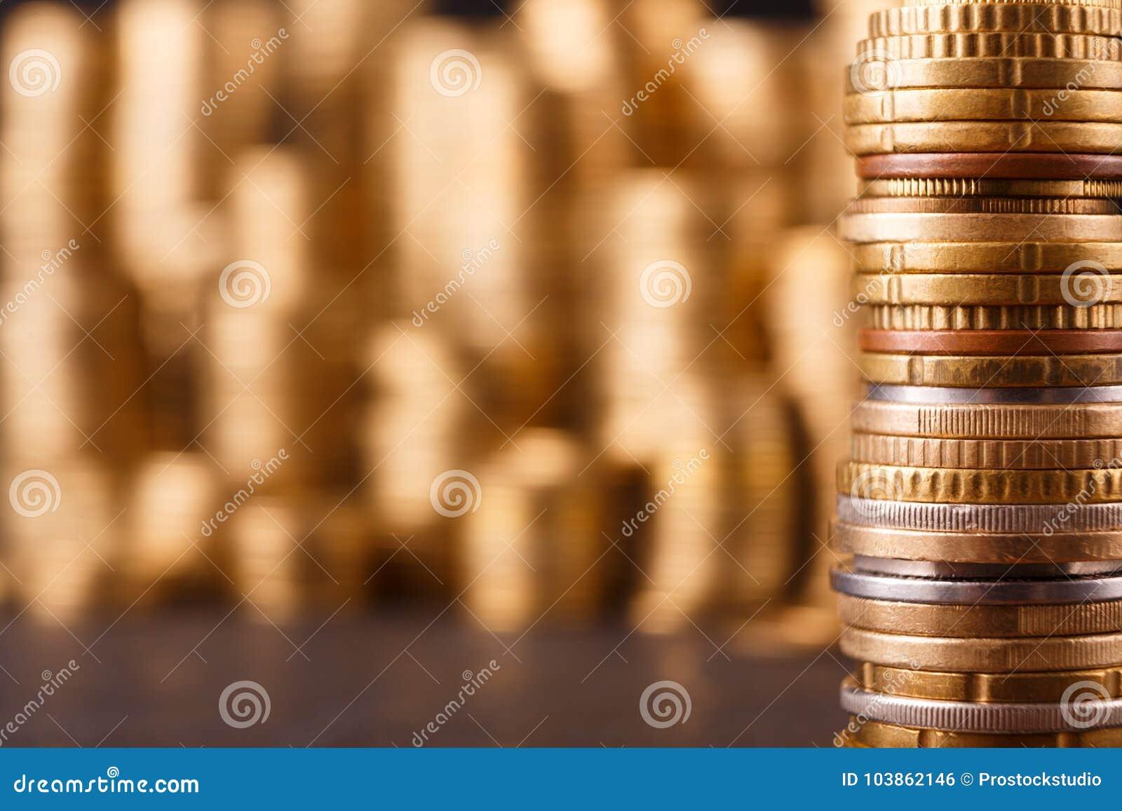 Pilas de oro de la moneda, fondo rico del dinero