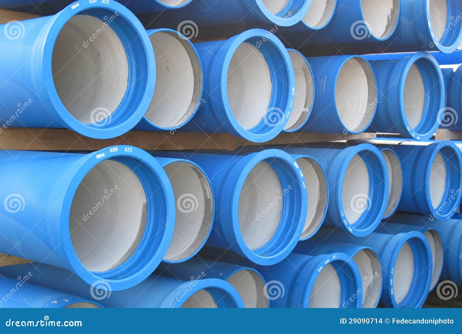 Pilas de tubos concretos para transportar el agua y el alcantarillado