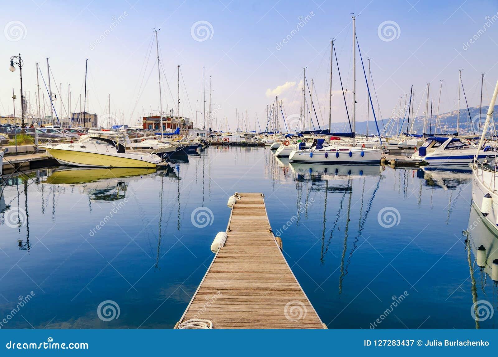 Pilastro, barche a vela e yacht al porticciolo nel porto di Triest