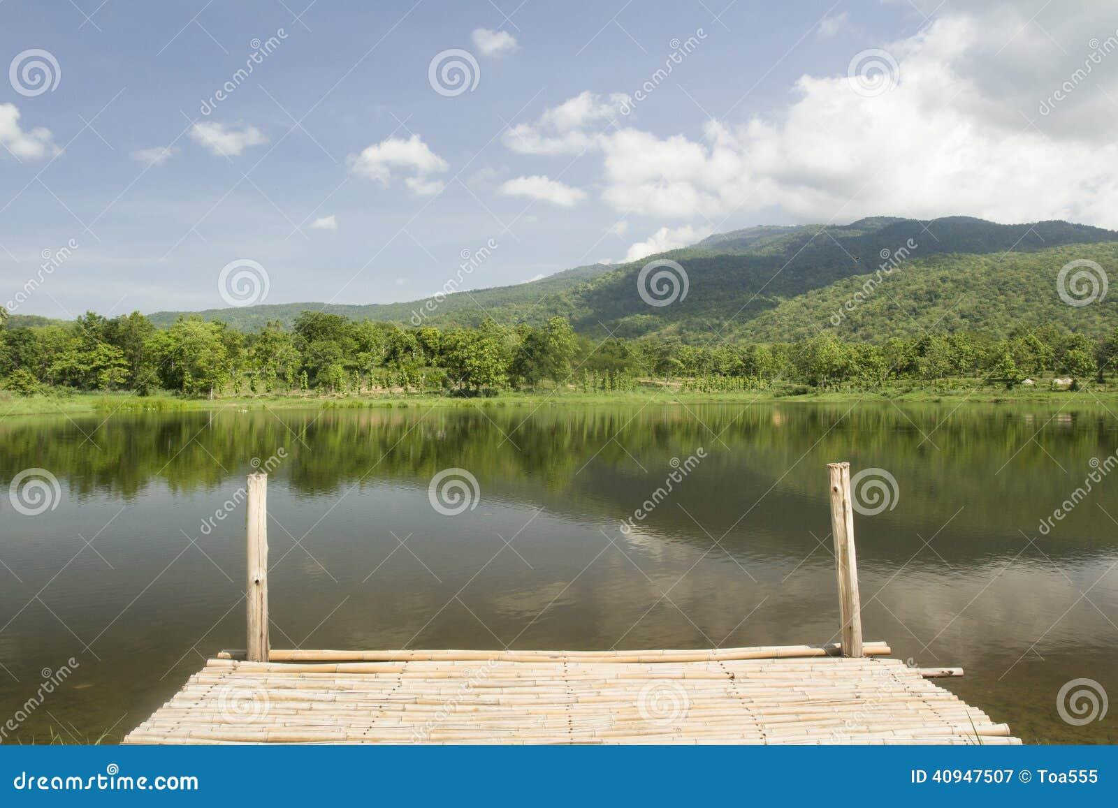 Pilastro di bamb del passaggio pedonale del molo nel lago for Cabine del lago vuoto