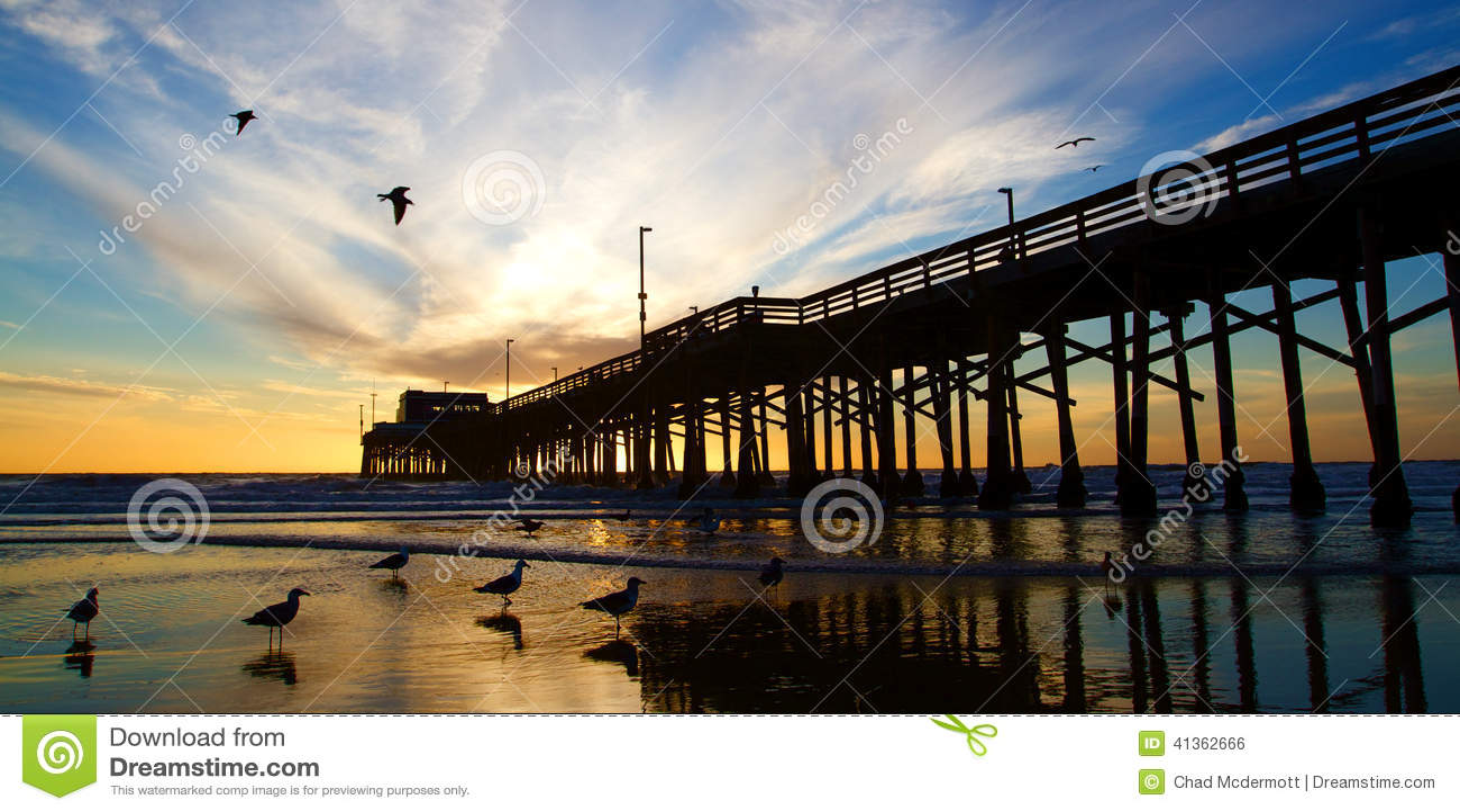 Pilastro di California della spiaggia di Newport al tramonto