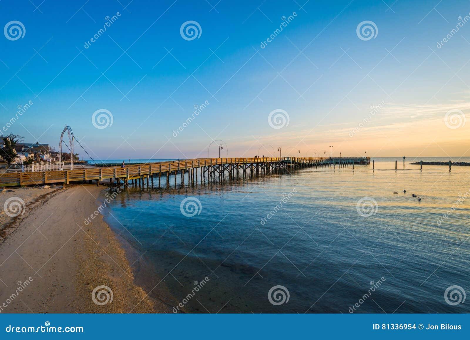 Pilastro di pesca e la baia di Chesapeake ad alba, in spiaggia del nord,