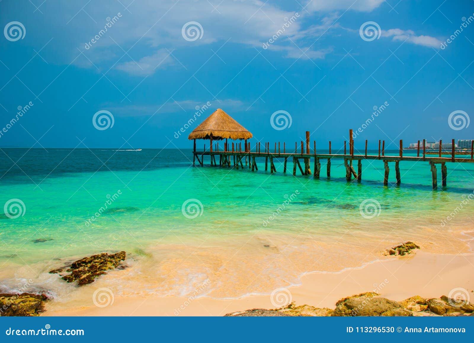 Pilastro e gazebo di legno dalla spiaggia paesaggio tropicale con il