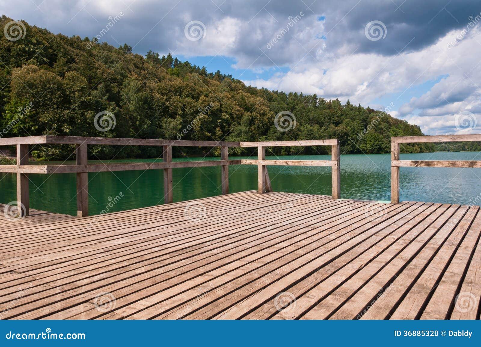 Download Pilastro nel lago fotografia stock. Immagine di esterno - 36885320