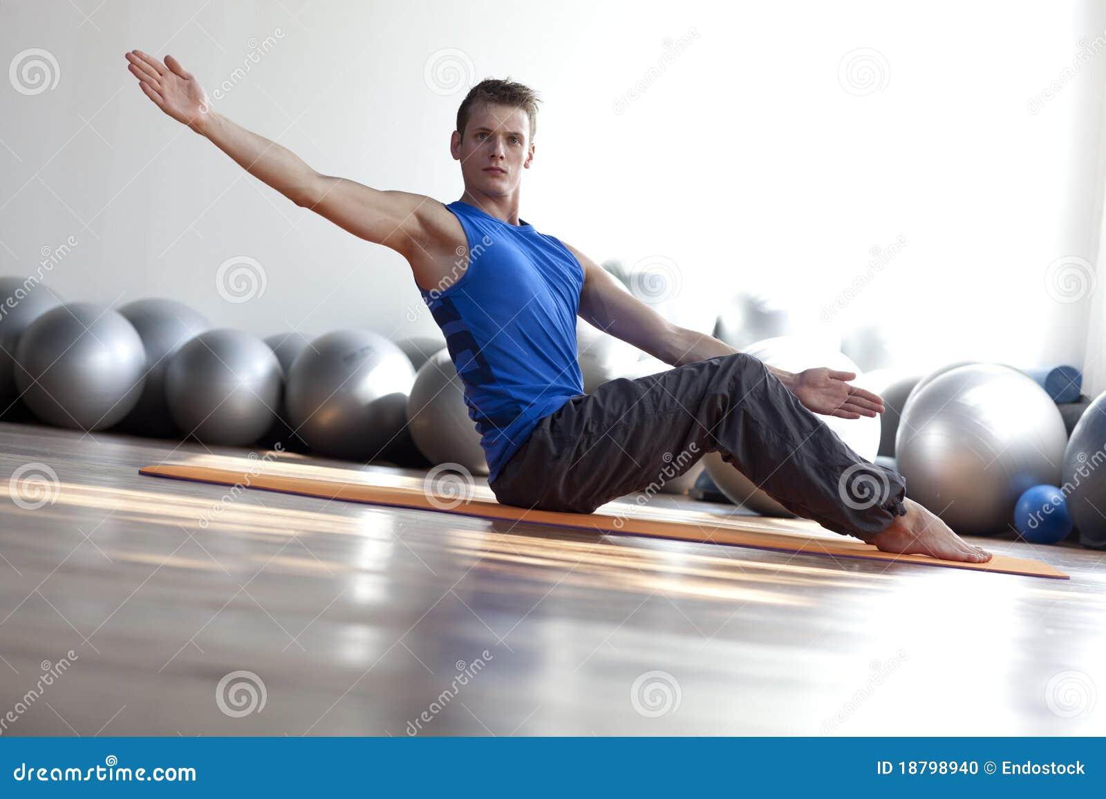 Pilates praticando do homem
