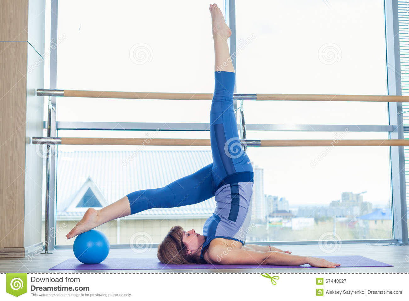 Pilates woman stability ball exercise workout at gym for Gimnasio pilates