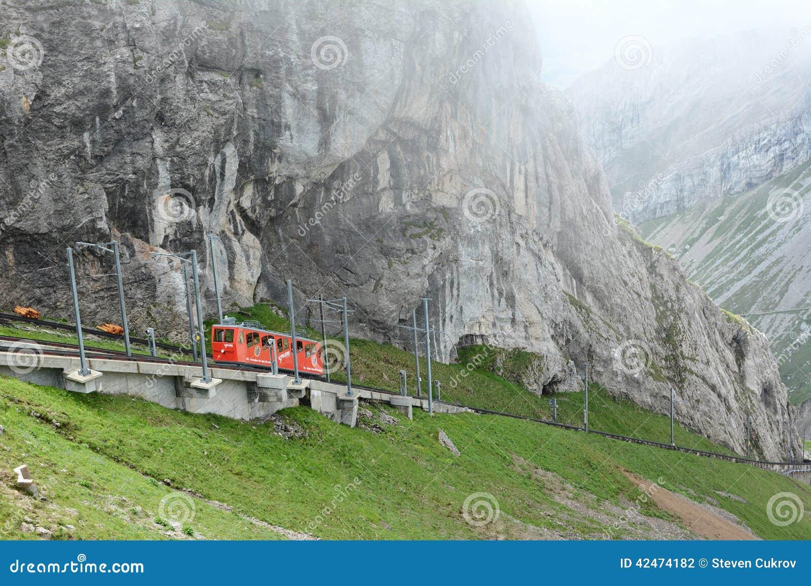 Pilatus-Bahn, das von den Wolken auftaucht