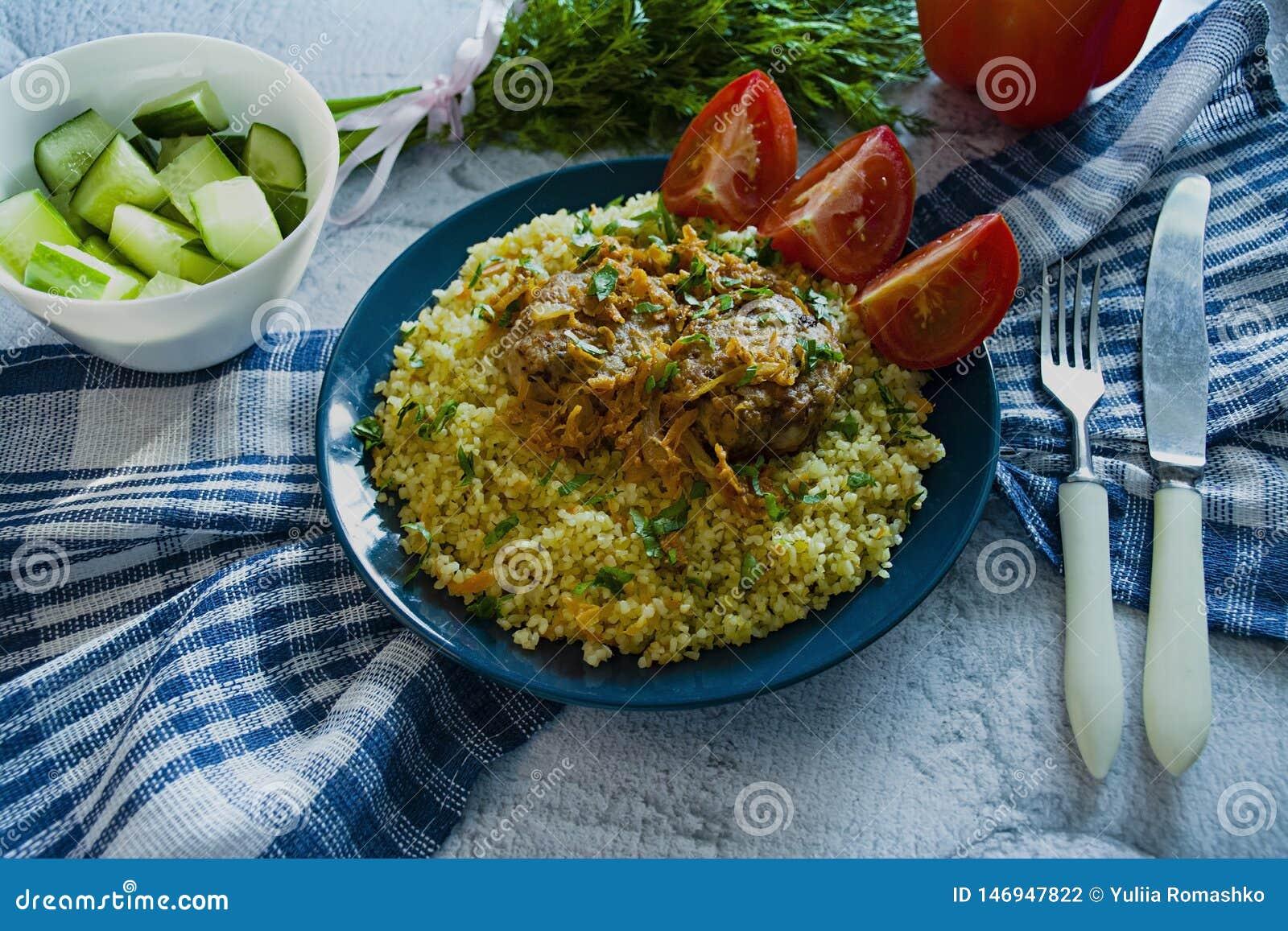 Pilau de bulgur turco com almôndegas e verdes Fim caseiro saboroso do alimento acima