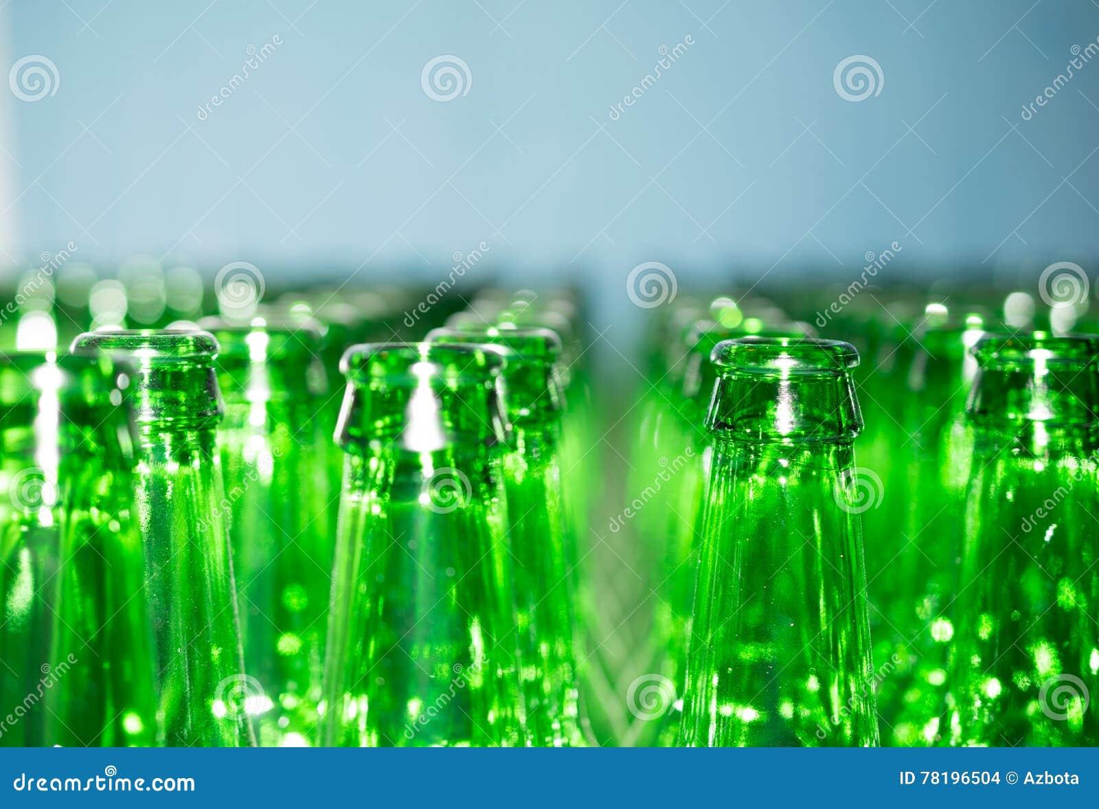 Pile énorme de bouteilles en verre vides