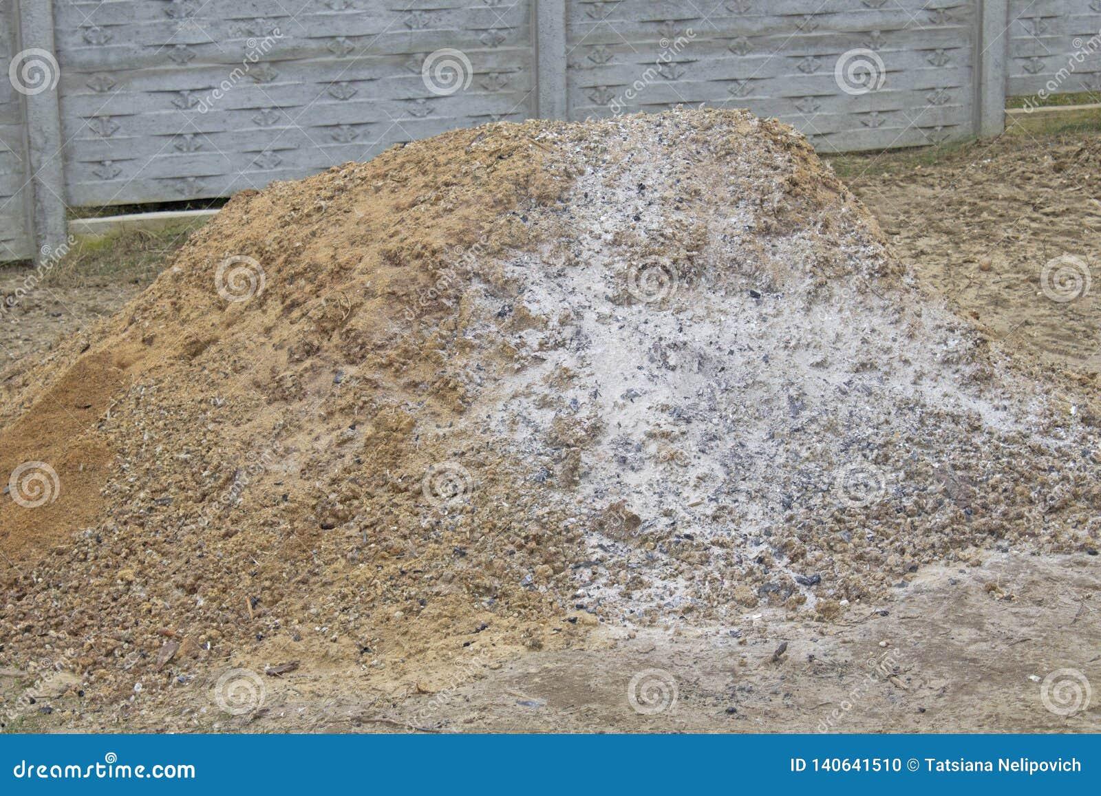 Pile d engrais sur le champ de ferme pendant l hiver
