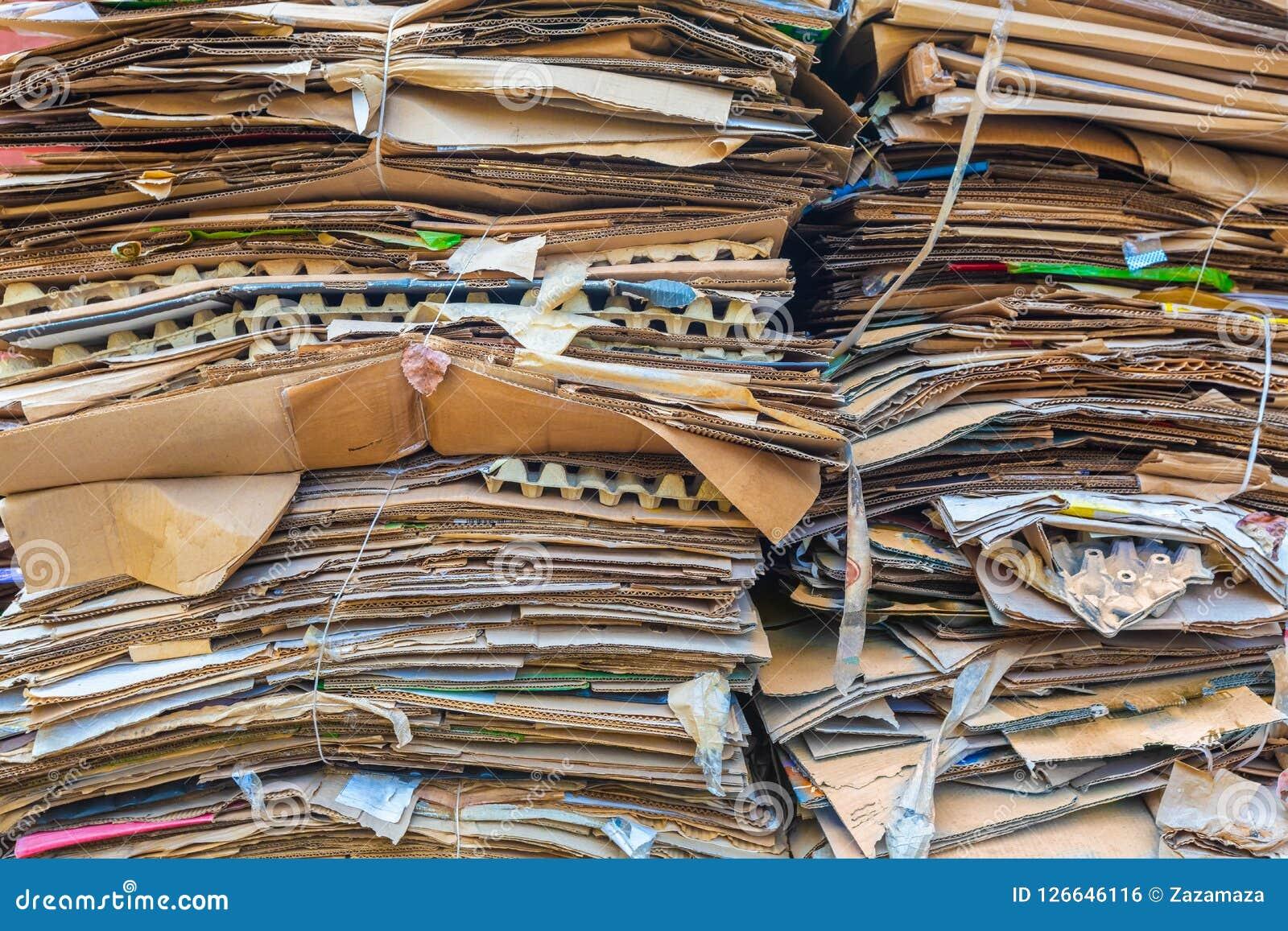 Pile de cartons et de papier attendant pour être pris en les camions à ordures Concept de la réutilisation du papier de rebut ou