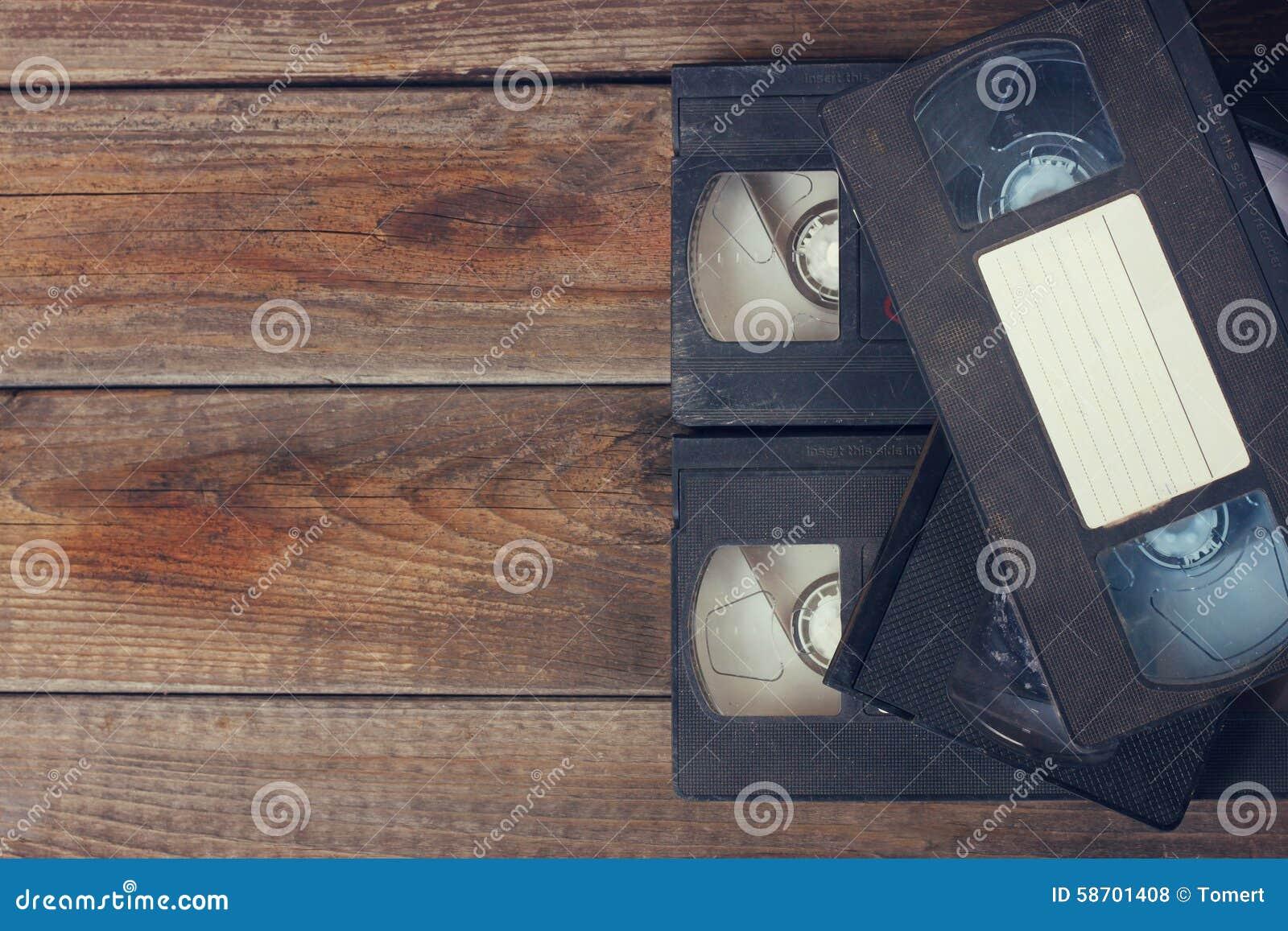 Pile de cassette de cassette vidéo de VHS au-dessus de fond en bois Photo de vue supérieure
