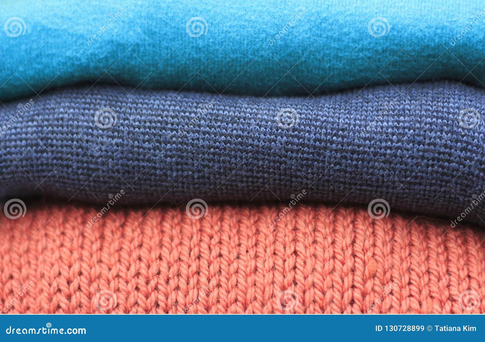 Pile de chandails tricotés de laine multicolores plan rapproché, texture, fond