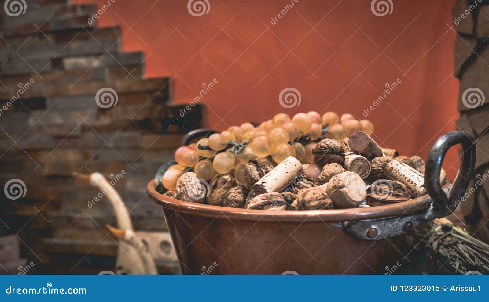 Pile de Cork Lid In Bucket en bois