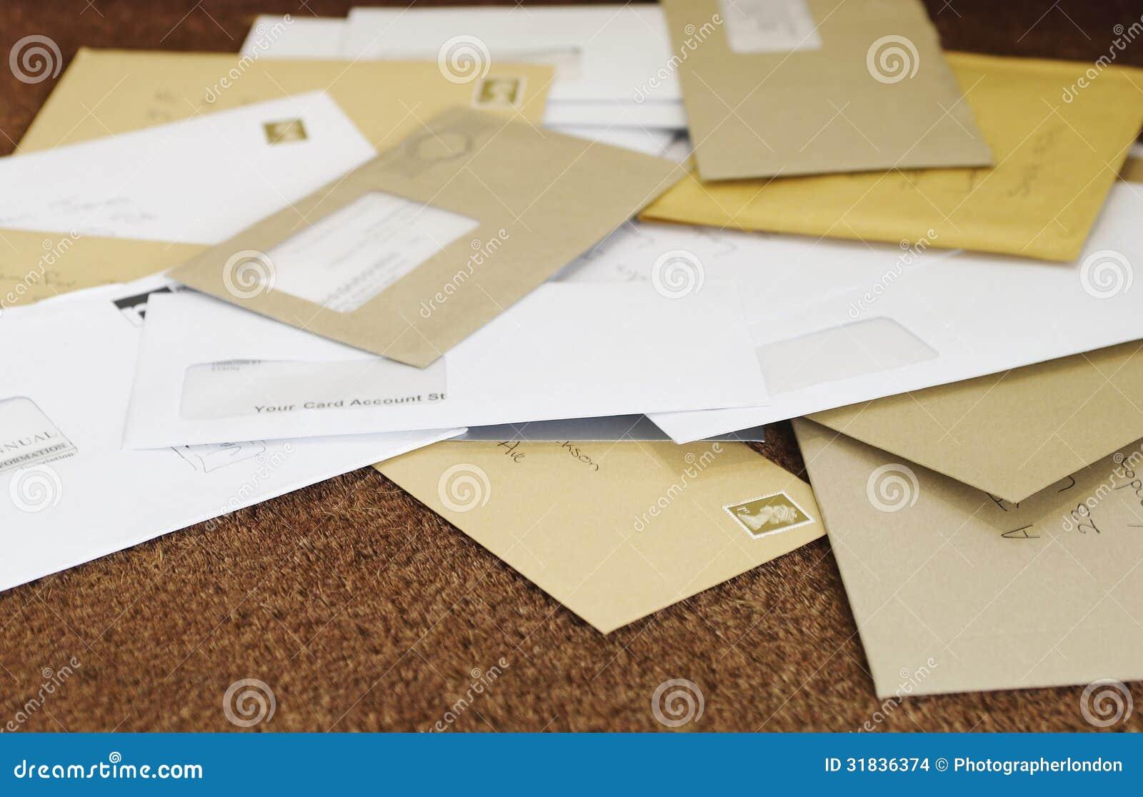 Pile de courrier sur la natte