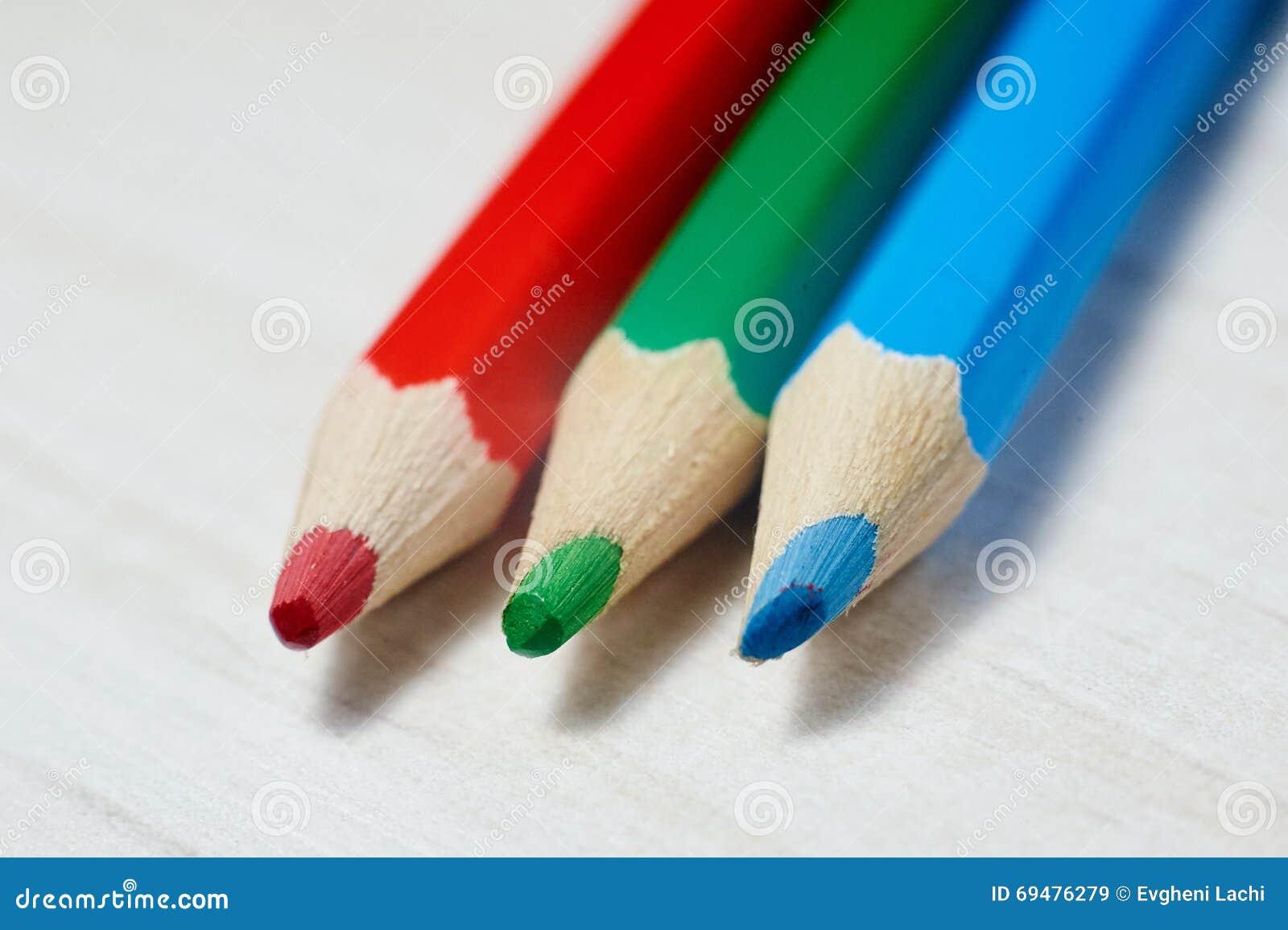 Pile de crayons colorés sur la table blanche