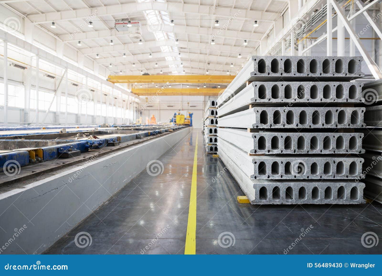 Pile de dalles en béton renforcé dans un atelier d usine