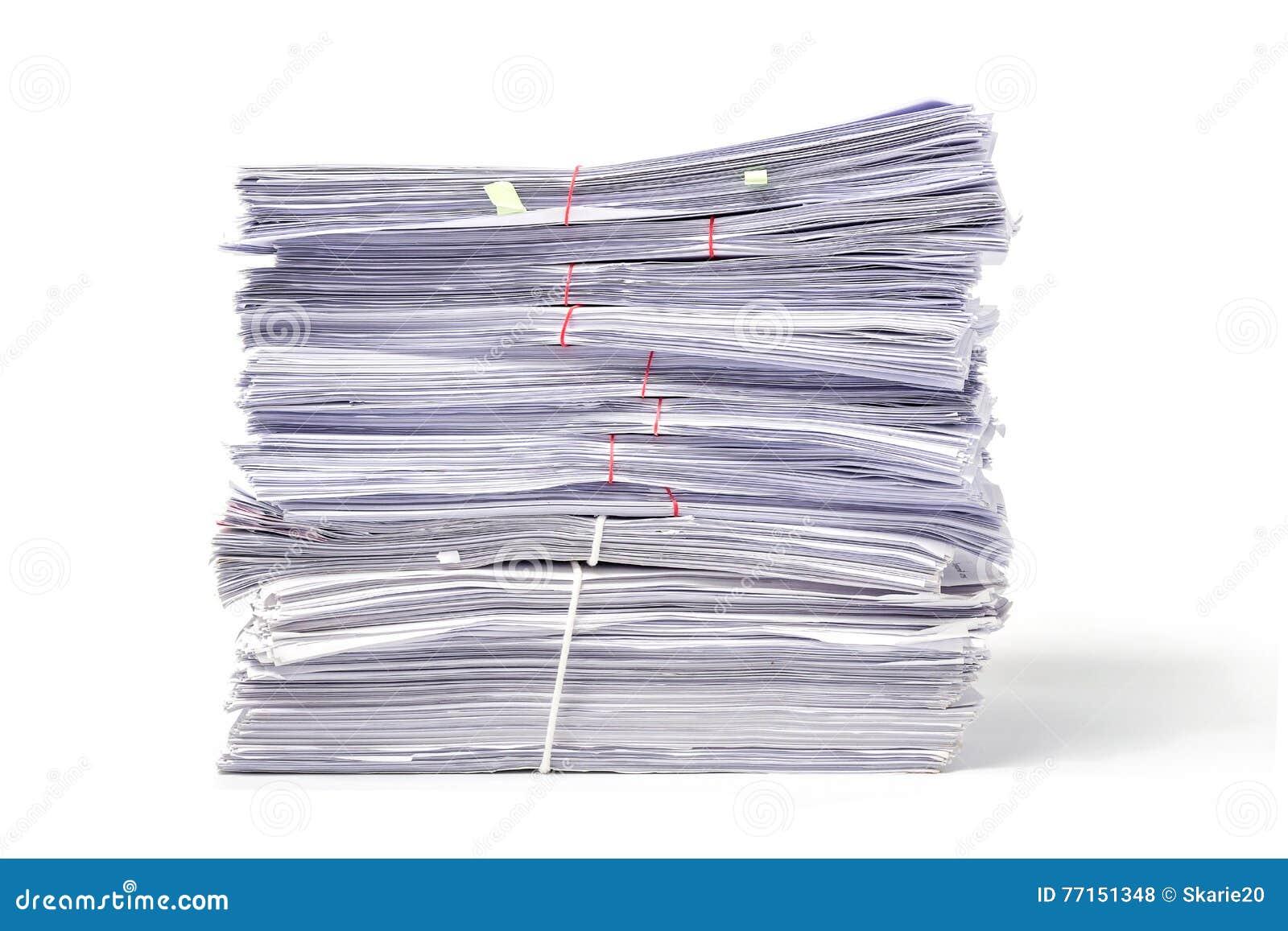Pile de documents d isolement sur le blanc