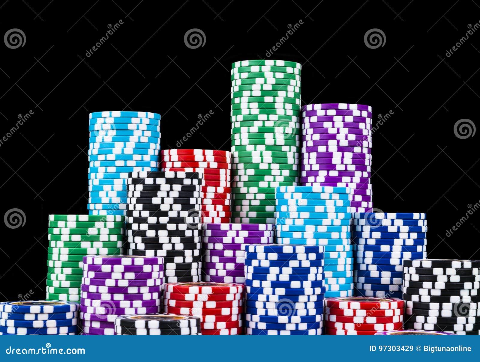 Pile de jetons de poker d isolement sur un fond noir Tableau de tisonnier Concept de jeu de poker Jouer un jeu avec des matrices