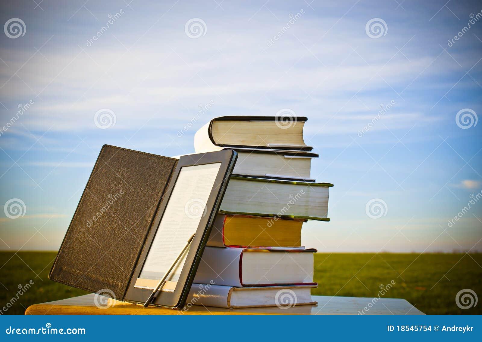 Pile de livres avec le lecteur d ebook