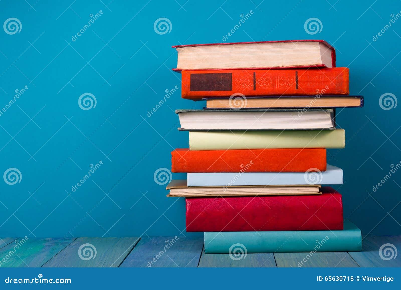 Pile de livres colorés, fond bleu sale, l espace d exemplaire gratuit