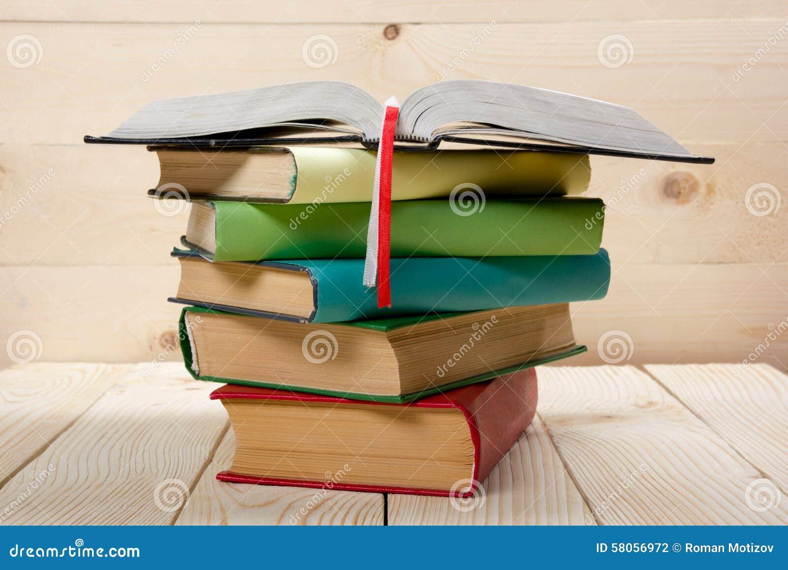Pile de livres colorés, livre ouvert sur la table en bois De nouveau à l école Copiez l espace