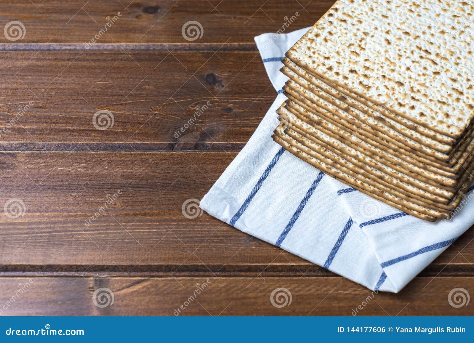 Pile de matzah ou de matza sur une table en bois