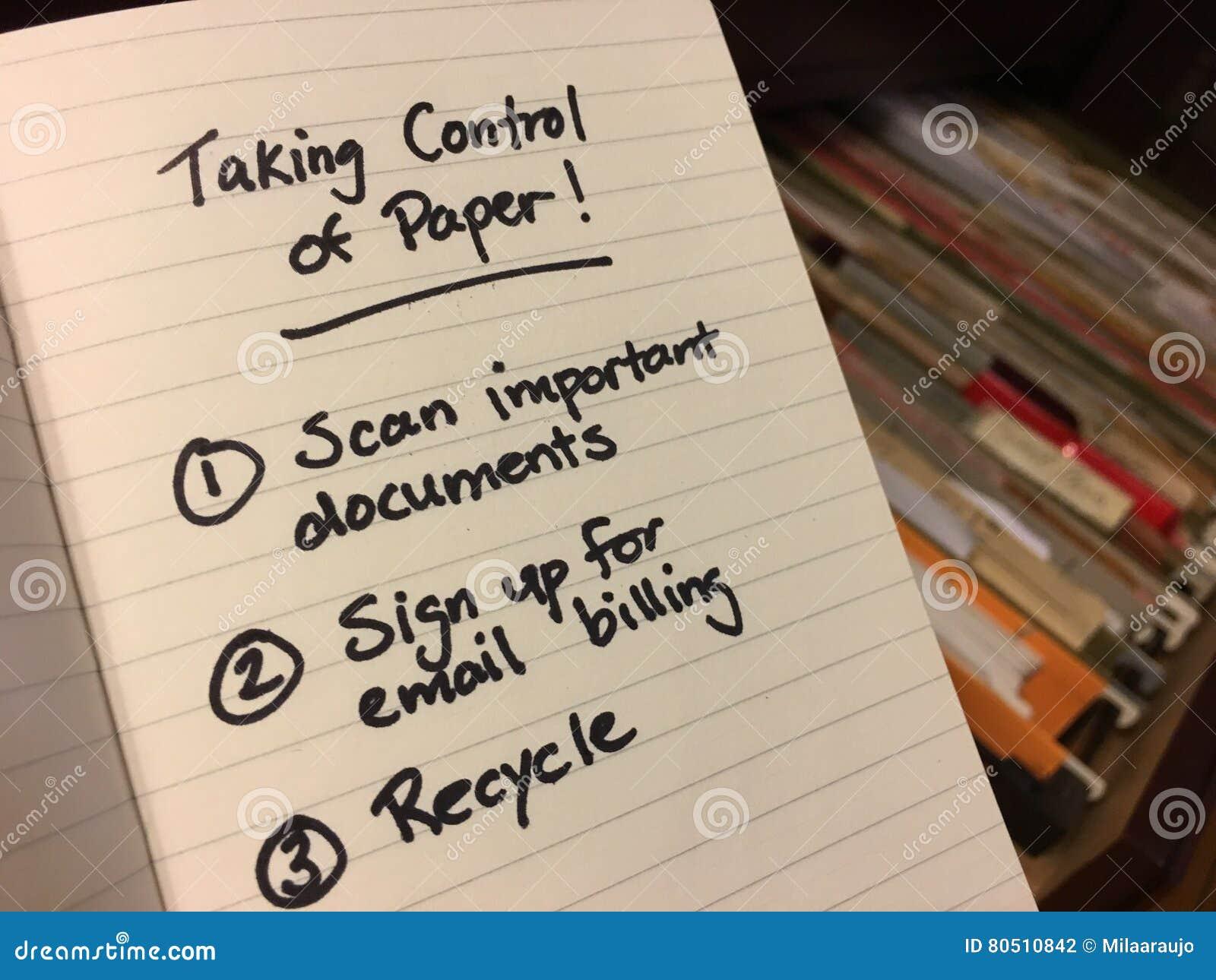 Pile de papier dans le meuble d archivage avec la liste de remue-ménage comment obtenir organisé
