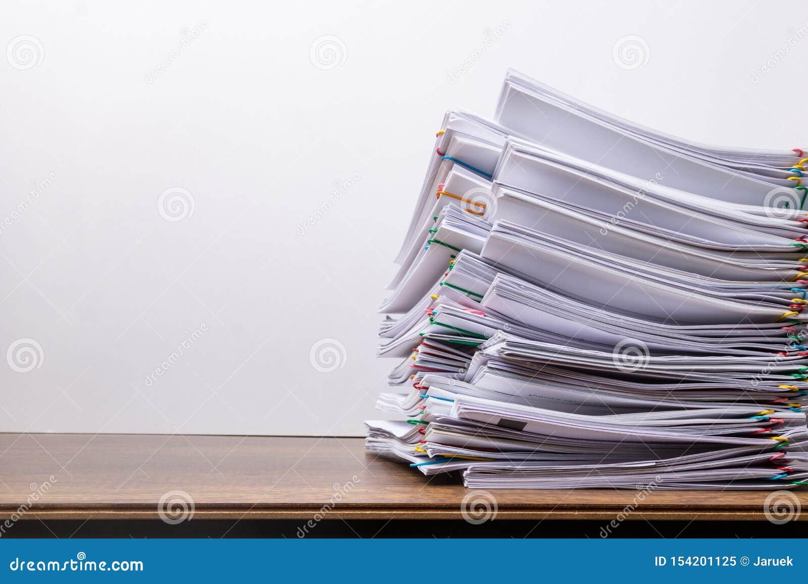 Pile de papier de document avec le trombone color?