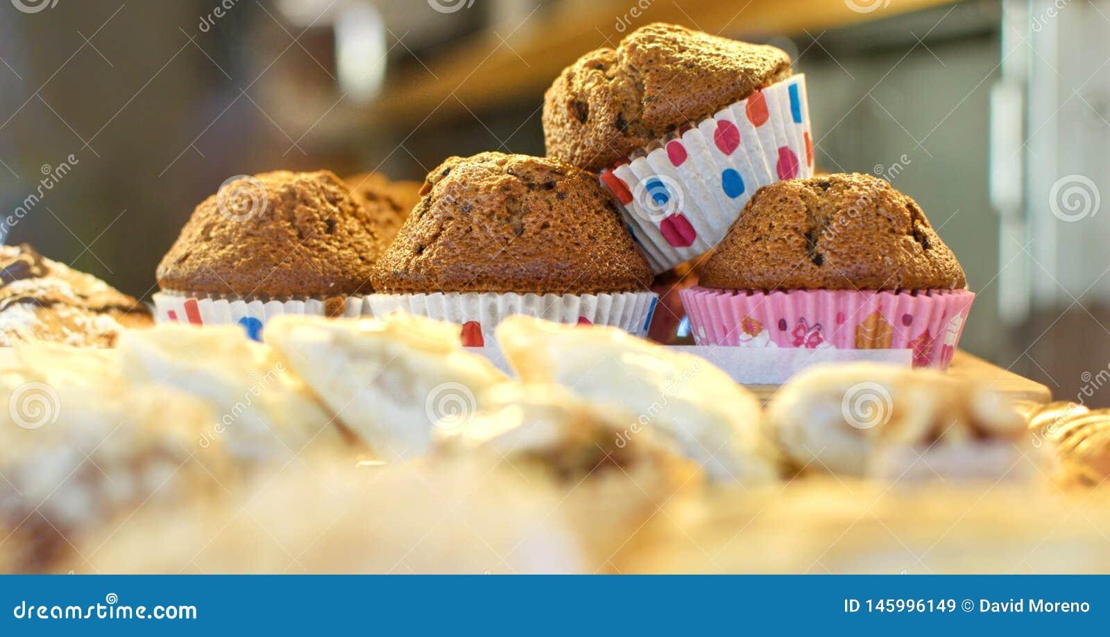 Pile de petits pains disposés sur le plateau à la boulangerie