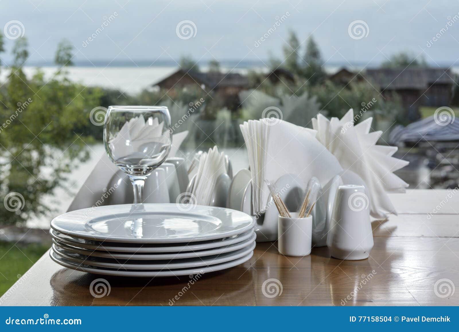 Pile de plats blancs sur la table