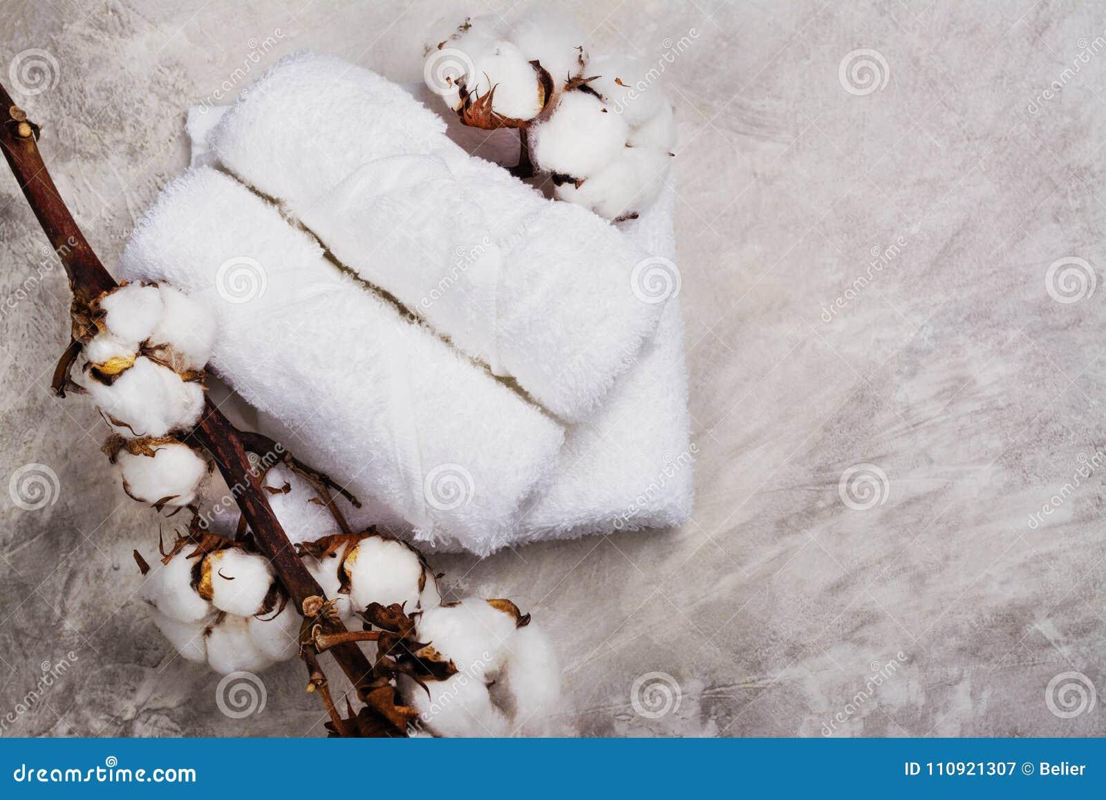 Branche Fleur De Coton pile de serviettes de coton, branche avec des fleurs de