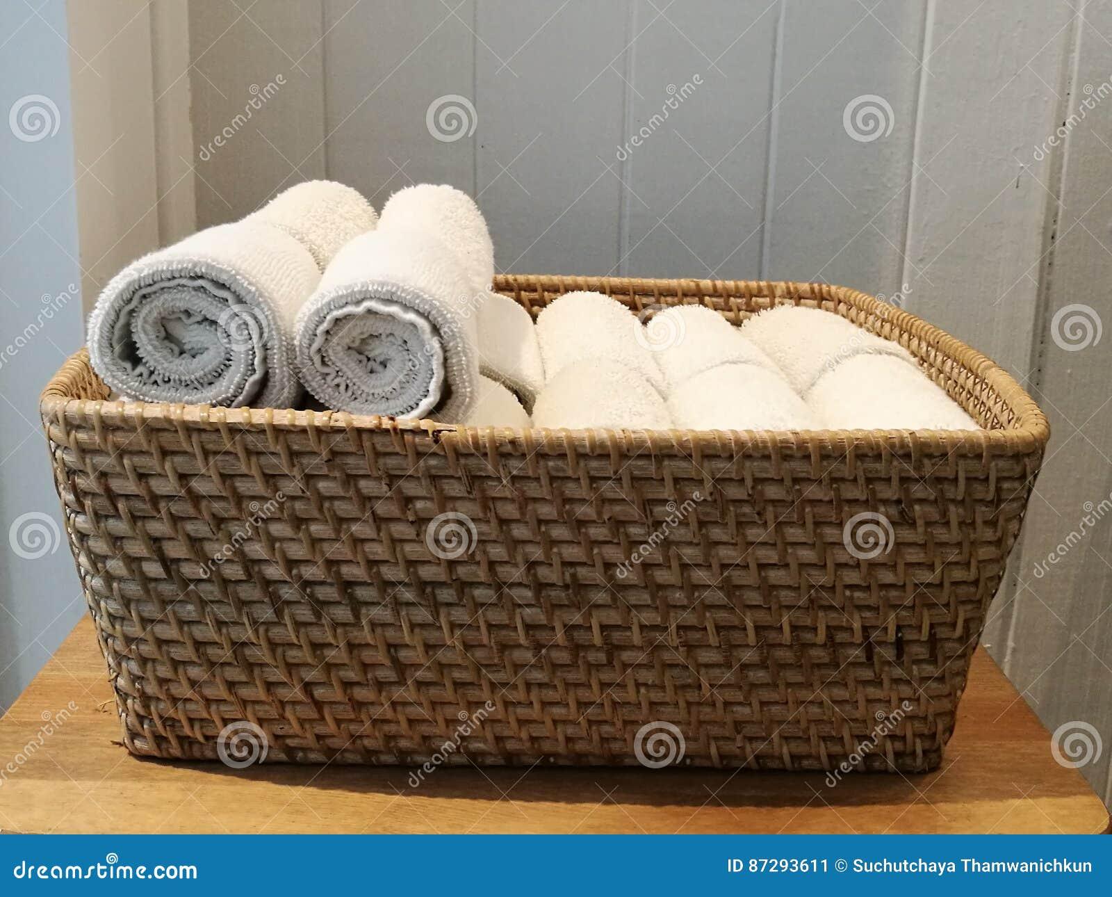 Pile de tissu, serviette de main, serviette de table, mouchoir sur le panier dans la station thermale, pièce de bain, toliet avec