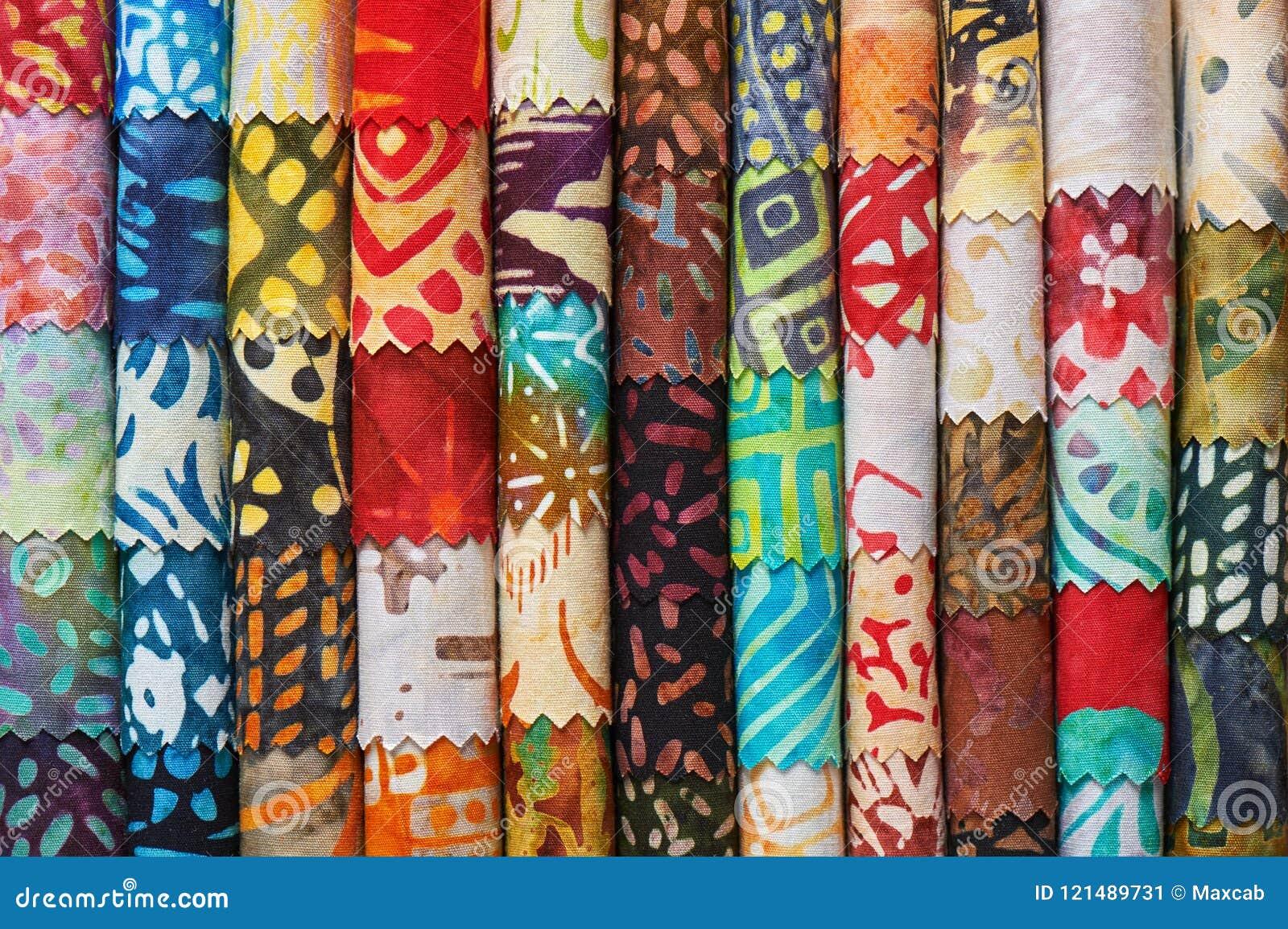 Pile de tissus piquants colorés de batik comme fond d image vibrant