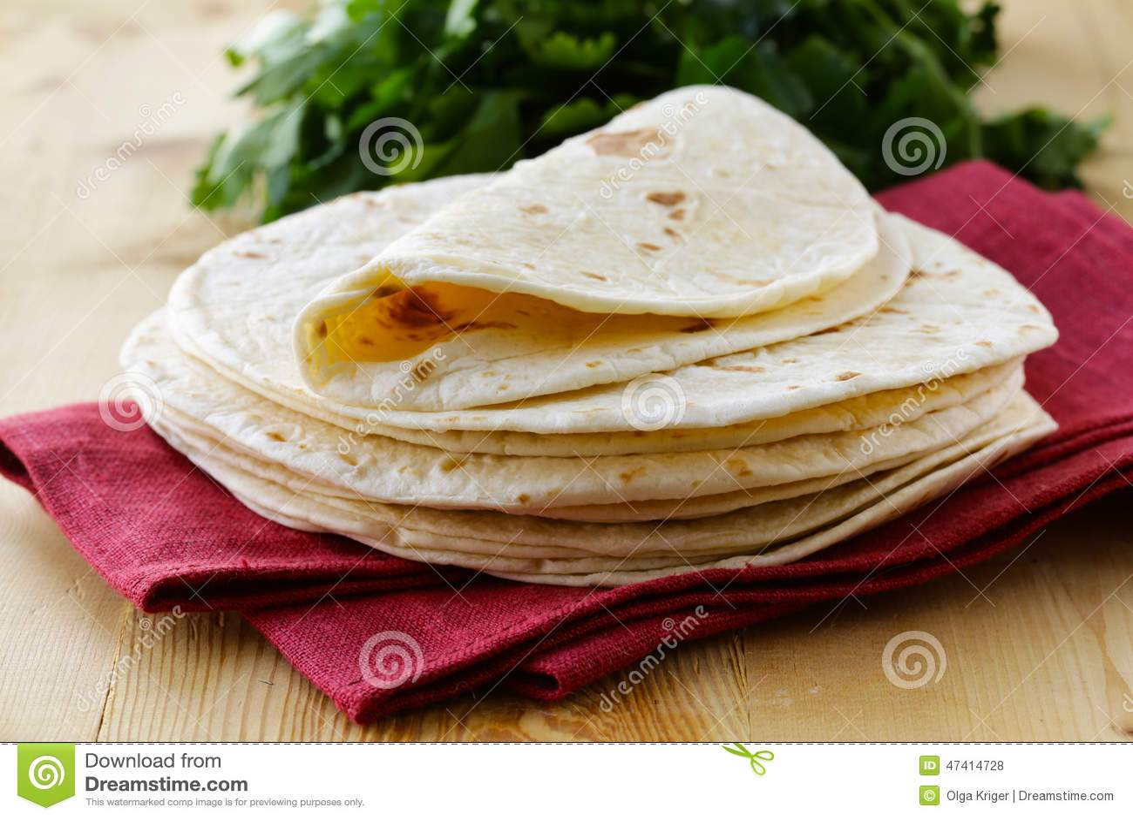 Pile de tortillas faites maison de farine de blé entier