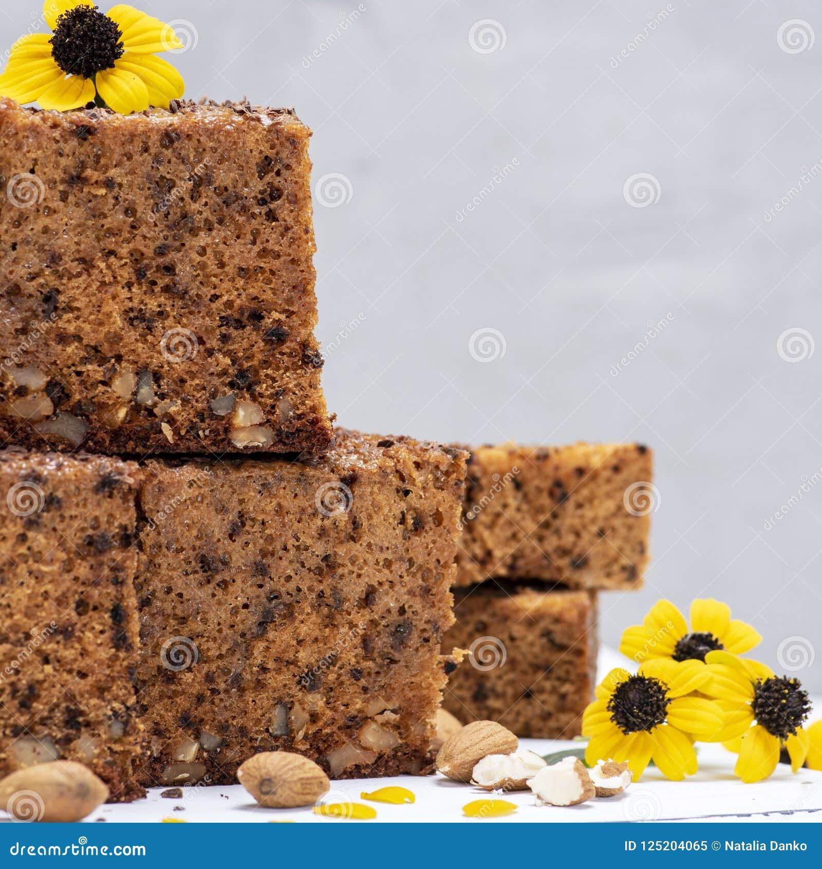 Pile de tranches carrées cuites au four d un tarte avec des écrous