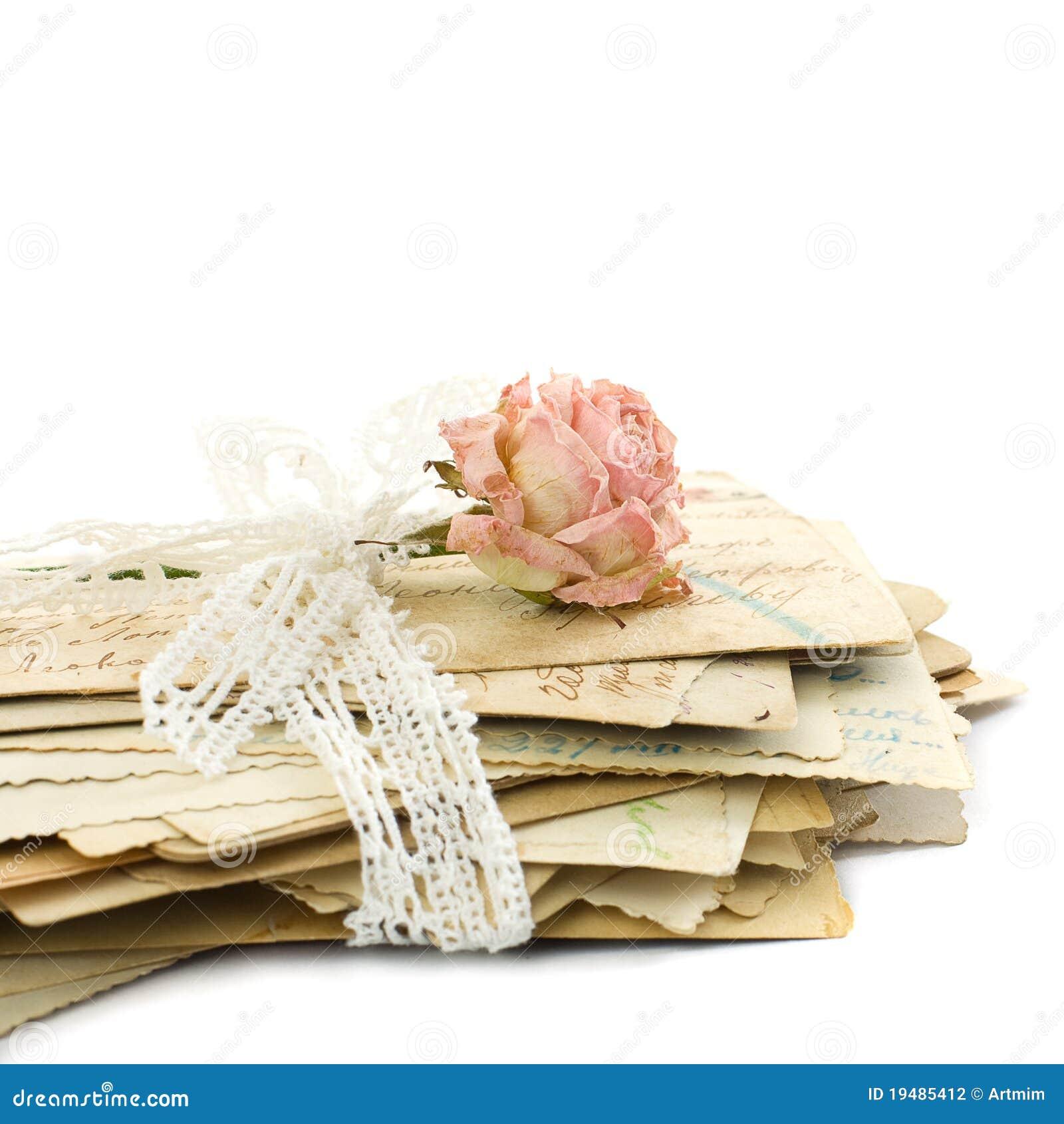 Ecrire a la plume.. Pile-de-vieilles-lettres-d-amour-de-lacet-et-de-fleur-rose-19485412