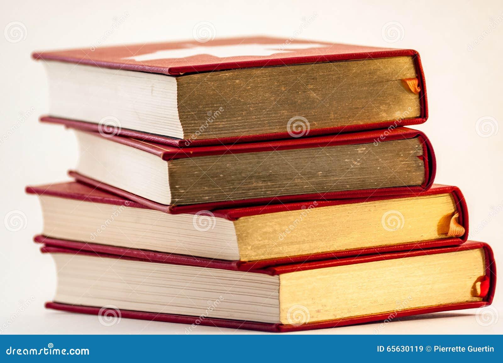 Pile de vieux livres d or et rouges