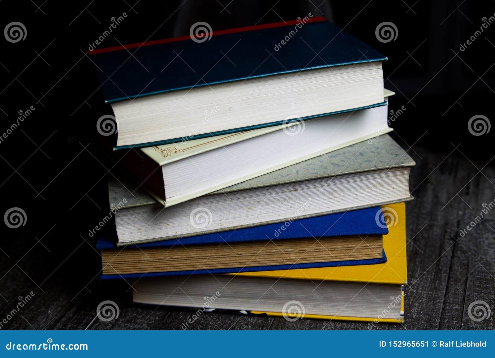 Pile de vieux livres sur la table de grume avec lire la lumière pendant la nuit