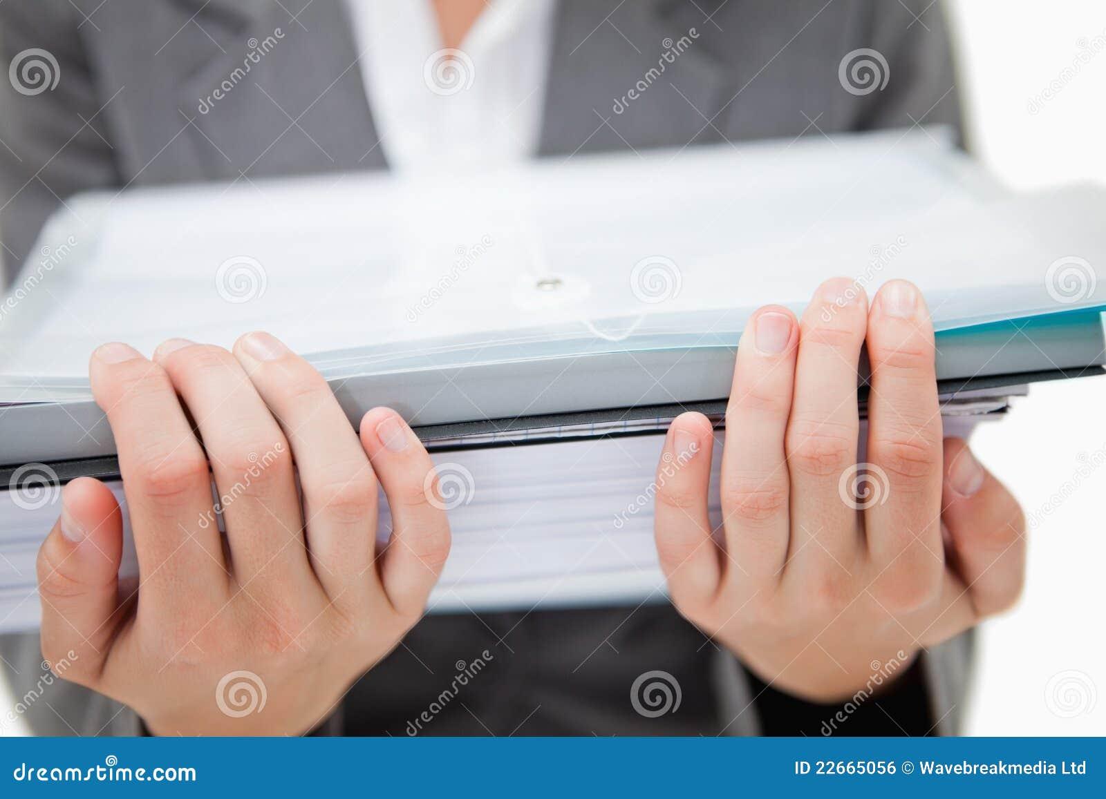 Pile des écritures retenu par les mains femelles
