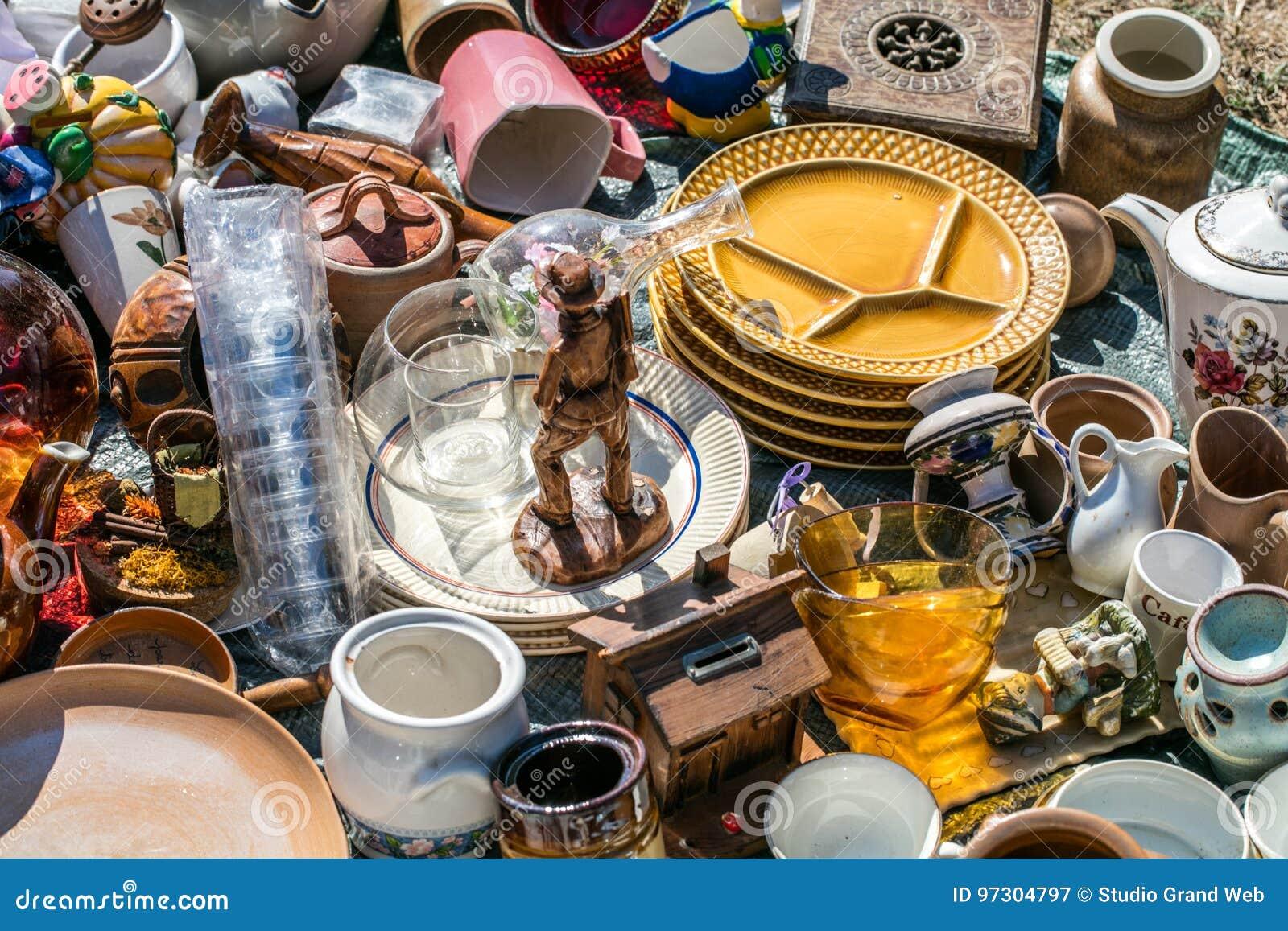 Pile des choses de ménage et des objets décoratifs à l aide sociale